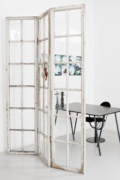 """Skillerumsvæg. Smukke, småsprossede vinduesrammer fra """"Nimb"""" i København, der er bygget om til en fritstående rumdeler. Fra genbygdesign.dk"""