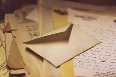 Oi gente! Estoutão animada com essa sequência de cartas que farei aqui no blog até o Natal. Quero tentar diversificar bastante as cartas e não falar só do natal e do amor. Essa por exemplo,é uma carta para namorados que moram longe. Aliás, queria saber de vocês qual o próximo assunto que posso tratar na próxima carta? Algum assunto que vocês não iriam conseguir falar. Sei lá, uma carta para o namorado ler enquanto está em viagem, uma carta para o namorado que é soldado e serve no…