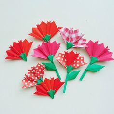 赤い折り紙で カーネーションの花を 作りました♪ 保育園や幼稚園、小学校の壁面飾りに いががですか?また 母の日のプレゼントのカードにはりつけても かわいいと思います(*^-^*) カーネーションの花・・・1つ20円 茎と葉っぱが ついたものは 1つ30円です。画像は 花が8個ですが 300円に なるように コメントください(^-^) また 他にも折り紙を出品しておりますので そちらと組み合わせてのご購入も大歓迎です(*^-^*) コメントなしで 購入された場合は 花を9個、茎と葉っぱつきの花を4個のセットとして 発送させて いただきます。 丁寧に作っていますが 折り目のズレやボンドのはみ出しなどあるかもしれません。ご理解した上でご購入よろしくお願いしますm(__)m 母の日 プレゼント メッセージカード カーネーショ