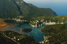 Σε μία ήσυχη γωνιά στις ανατολικές ακτές της Πελοποννήσου η φύση έδειξε το μεγαλείο της δημιουργώντας ένα φιόρδ μοναδικό στο είδος του στην Ελλάδα.