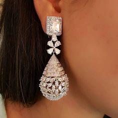 Exquisite diamond earring (=)