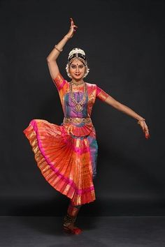 An Online Media for Performing Arts Belly Dancer Costumes, Dance Costumes, Isadora Duncan, Kathak Dance, Indian Classical Dance, Dance Poses, Indian Designer Outfits, Girl Photo Poses, Dance Pictures