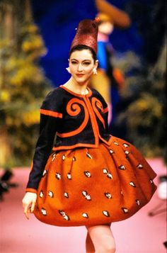 Christian Lacroix Spring 1988 Couture Fashion Show Collection: See the complete Christian Lacroix Spring 1988 Couture collection. Look 4 Christian Lacroix, 80s Fashion, Fashion History, Fashion Show, Fashion Art, High Fashion, Womens Fashion, Dolce & Gabbana, Sarah Jessica Parker