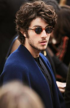 Brazilian Actor at the runway show wearing The Scholar eyewear Girls Short Haircuts, Wavy Haircuts, Boy Hairstyles, Haircuts For Men, Wavy Hair Men, Short Hair Cuts, Long Curly Hair, Hair And Beard Styles, Curly Hair Styles
