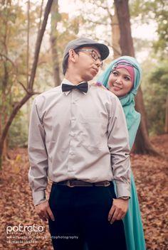 64 Foto PreWedding Muslim Outdoor Unik ~ Sealkazz Blog Prewedding Hijab, Prewedding Outdoor, Pre Wedding Photoshoot, Wedding Poses, Wedding Ideas, Outdoor Photography, Couple Photography, Wedding Photography, Outdoor Photos