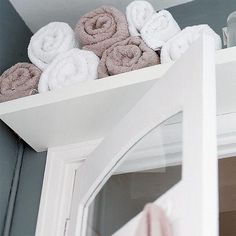 Small bathroom over the door storage for towels. Would be great for a guest bathroom. Small bathroom over the door storage for towels. Would be great for a guest bathroom. Deco Cool, Small Bathroom Organization, Organized Bathroom, Small Space Solutions, Closet Solutions, Storage Solutions, Storage Hacks, Storage Ideas, Organization Ideas