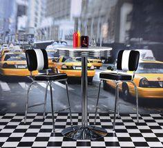 Back to the Sixties! Dieser Stuhl trägt den Charme der 60er-Jahre in Ihre vier Wände und schafft im Nu ein einzigartiges Ambiente in Ihrer Küche oder dem Esszimmer. In klassischem Schwarz und Weiß macht der Vierfüßler eine ausgesprochen gute Figur und setzt einen einzigartigen Akzent in Ihrem Raumkonzept. Mit diesem Stuhl beleben Sie vergangene Zeiten - bringen Sie Schwung in Ihr Wohnambiente!