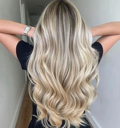 Have you tried blonde balayage hair color yet? Wow, this lovely and feminine hair color is sure to attract the envy of others.We have collected 39 stunning blonde balance hair color ideas in 2020 to help you become attractive. Blonde Hair Looks, Blonde Hair With Highlights, Brown Blonde Hair, Hair Color Balayage, Blonde Color, Sandy Blonde, Blonde Balayage Long Hair, Babylights Blonde, Beautiful Blonde Hair
