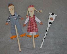 Lepelpoppen; De basis van deze poppen zijn houten lepels. Deze lepelpoppen stellen een Boer & Boerin met hun koe voor.