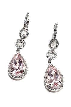 Pendientes en oro blanco con diamantes y dos morganitas de talla lágrima, de Chocrón.