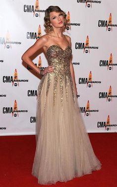 Taylor Swift é a princesinha da música country americana, e gosta de estar sempre vestida a altura. No tapete vermelho troca o estilo com toques retrô, no qual sempre é vista no dia a dia por vesti…