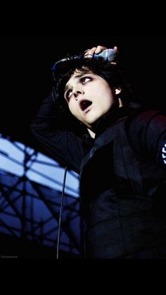 Am I the only one who thinks that Gerard looks like Billie Joe in this pic???