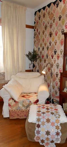 Supergoof Quilts: Quiltinspecteurs - love the little one over the ottoman. The basket quilt is a given.