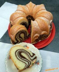 Bábovkovou formu vymažeme rozpuštěnou herou a vysypeme hrubou moukou. Kakao rozmícháme v trošce stud... Czech Recipes, Russian Recipes, Turkish Recipes, Bunt Cakes, Cupcake Cakes, Yummy Treats, Yummy Food, Sweet Cakes, Pound Cake