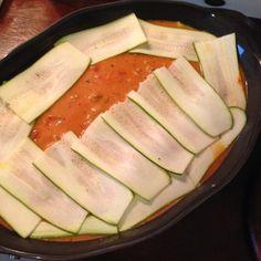 Low Carb Zucchini Lasagne Zucchini-Scheiben auf der Soße platzieren