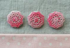 Doily buttons, tutorial in German.