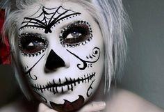 maquillage d`Halloween  avec un toile d'araignée et grillage barbelé