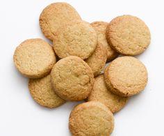Les p'tits sablés de Serge - Sablé fondant pur beurre. En quelques crocs, ce biscuit au bon goût de beurre vous apportera l'énergie nécessaire pour repartir du bon pied. Sa douceur et ce bon côté sablé qui fond dans la bouche rappellent un petit goût d'antan dès la première bouchée !  Du bon beurre Bio de chez nous, de la farine française, un peu de sucre, et en quelques tours de main, … c'est une affaire qui roule !