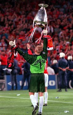 @manutd legend Peter Schmeichel parades the European Cup in front of the jubilant travelling fans inside the Camp Nou in May 1999.
