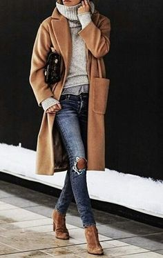 brown long coat, gray knitted shirt, distressed blue denim jeans, with pair of brown suede booties outfit Camel Coat Outfit, Grey Outfit, Outfit Work, Looks Street Style, Looks Style, Fashion Mode, Look Fashion, Fashion Heels, Fashion Boots