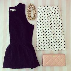 Coge ideas para poner a la venta tu ropa en chicfy. Look: peplum, falda con lunares, collar de cadena y clutch acolchado rosa.