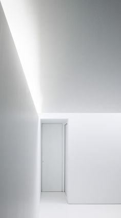 | LIGHTING | DETAIL | The subtle play of light inside an all-white interior. Office + Apartment by #BrelgianArchitects AST 77.