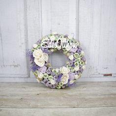 #ajtódísz #ajtókopogtató #lakásdekor #dekoráció #lakásdekoráció #lila #édesotthon Floral Wreath, Creativity, Easter, Wreaths, Decorating, Ornaments, Spring, Box, Handmade