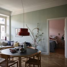 Sköna maj är här och skön är också denna vackert färgsatta trea på Krukmakargatan 2 🌸 Fot California Homes, Interior And Exterior, Room Interior, Home Furniture, Gravity Home, Deco Nature, Historiska Hem, Decoration, Wall Colors