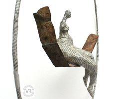Balançoire de métal avec femme de papier journal, Vanessa RENOUX.