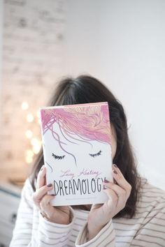 Dreamology By Lucy Keating Bookstagram ideas - sablon Girl Reading Book, I Love Reading, Love Book, Book Flatlay, Book Instagram, Famous Books, Book Drawing, Books For Teens, Book Aesthetic