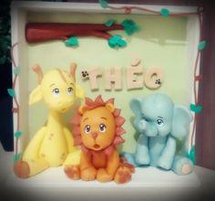 Enfeite para porta de maternidade e decoração de quarto de bebê confeccionado em biscuit. Quadrinho em MDF. Peça personalizada.