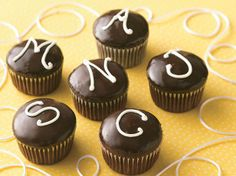Monogrammed Cream-Filled Cupcakes What''s the secret for the smooth frosting? Indulgent chocolate cupcakes are filled then dipped into warm frosting. Cream Filled Cupcakes, Peach Cupcakes, Elegant Cupcakes, Sweet Cupcakes, Chocolate Frosting, Chocolate Cupcakes, Chocolate Cream, Mexican Chocolate, Chocolate Recipes