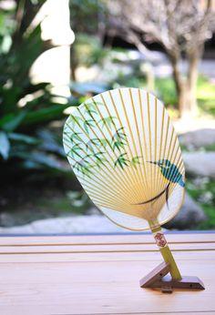 風をおこすもの。うちわ。 これは水で濡らして使ううちわで、より涼しく感じることができる。 日本の技を感じます。