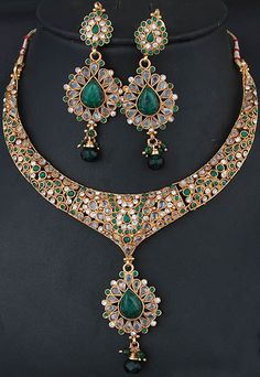 Green Polki Necklace and Earrings Demi-Parure with Faux Emerald. Emerald Necklace, Emerald Jewelry, Emerald Rings, Ruby Rings, Jewelry Sets, Jewelry Accessories, Jewelry Trends, Antique Jewelry, Vintage Jewelry