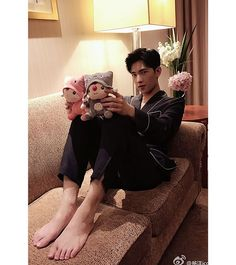 When you want to become a teddy bear because of Yang Yang Asian Celebrities, Asian Actors, Korean Actors, Yang Chinese, Chinese Boy, Asian Love, Asian Men, Asian Guys, Handsome Actors