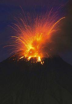 Auch Explosionen kommen vor. Der Vulkan bricht im Abstand von einigen...