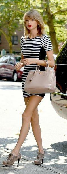 My fiancée cant stand Taylor Swift but he would love this outfit! and I love this outfit! Taylor Swift 22, Style Taylor Swift, Taylor Swift Bangs, Taylor Swift Casual, Red Taylor, Beautiful Celebrities, Beautiful People, Beautiful Wall, Mode City
