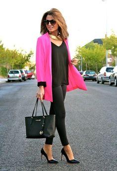 leggings negros con saco rosa
