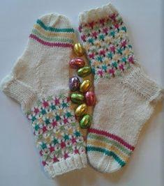 Uman oma käspaikka: Käsityö 32 : Virvon varvon, pääsiäissukat Colorful Socks, Knitting Socks, Knit Socks, Leg Warmers, Fingerless Gloves, Mittens, Slippers, Legs, Crochet