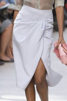 Burberry Prorsum at London Fashion Week Spring 2014 - Details Runway Photos White Fashion, Girl Fashion, Womens Fashion, Fashion Tips, Burberry Prorsum, Cute Skirts, Office Fashion, Chic Outfits, Dress To Impress