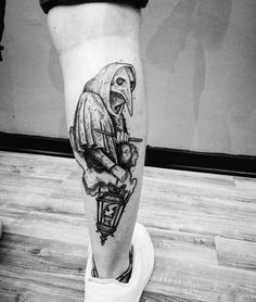 While a plague doctor tattoo may seem a frightening choice to some, for the lovers of dark and creepy it is a very appealing design. Creepy Tattoos, Badass Tattoos, Body Art Tattoos, Hand Tattoos, Sleeve Tattoos, Unique Tattoos, 27 Tattoo, Dark Art Tattoo, Raven Tattoo