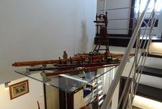 sklenená polica vyplňujúca priestor v schodisku pre umiestnenie zberateľských artefaktov Slovenského ľudového umenia Ladder, Stairway, Ladders