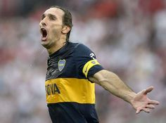 Schiavi celebra el gol de Erviti