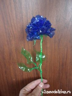 these are the roses can be made from plastic bottles. recycling ideas and tutorial : roses from plastic bottles recycling plastic bottles paper stencils beat Water Bottle Flowers, Water Bottle Crafts, Plastic Bottle Crafts, Recycle Plastic Bottles, Water Bottles, Pet Bottle, Bottle Art, Recycled Bottles, Recycled Crafts