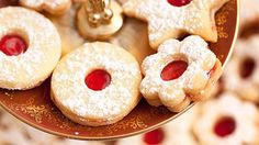 Upéct pravé linecké tak, aby se na Štědrý den jen rozplývalo na jazyku akrásně vonělo po vanilce, není nic až tak snadného. Proto jsme si letošní úspěch chtěli vredakci pojistit azajeli pro osvědčený recept na linecké cukroví až kPísku. Podělila se snámi oněj paní Helena Hrbková zProtivína, která tato vynikající vánoční linecká kolečka peče už léta! Eat Me Drink Me, Food And Drink, Toffee Bars, Cooking Cookies, Culinary Arts, Doughnut, Ham, Coffee Cups, Goodies