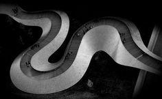 Иван Хуан  фотограф из Канады Торонто. Родился в 1965 году в Китае в детстве начал рисовать а в 1984 году выиграл первый приз студенческого художественного конкурса Фуцзяньского университета. В 1999 эмигрировал в Канаду. В последние годы его художественное выражение получило в серии фотографий городских пейзажей Торонто. Необычные приемы ретуши помогают ему привлечь наш взгляд к нетипичным деталям. Подробности читайте на сайте журнала Российское фото. Активная ссылка - в профиле. #росфото…