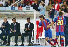 No dia 16/10/2004, talvez ninguém imaginasse que Lionel Messi não estava apenas entrando num jogo oficial de futebol pela primeira vez na sua vida, mas estava começando a entrar para a história!    Messi, com cara de menino e vestido a camisa 30, entrou em campo aos 37 minutos do segundo tempo para substituir Deco na vitória do Barcelona sobre o Espanyol por 1x0, no Estádio Olímpico Lluís Companys! Foi a estréia do craque no futebol profissional em partidas oficiais!