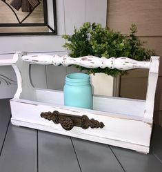 DIY scrap farmhouse wood tote tray crate with old spindle. - made by Cherie Wood Tool Box, Wooden Tool Boxes, Decor Crafts, Wood Crafts, Diy Home Decor, Diy Wood, Scrap Wood Projects, Easy Woodworking Projects, Woodworking Jobs