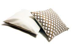 Lusito Di'sign Polštář Lusito Queen Naše luxusní dekorační polštáře pozvednou váše křeslo či sedačku na vyšší třídu. Tyto polštře jsou kvalitně a detailně propracované. Polštář má zapínaní na zip, který je ovšem skrytý. Polštáře jsou z látky se saténovým efektem. Výplň tvoří kombinace kuliček z dutých vlákem a tyčinek z PUR pěny, takže polštář bude dobře držet objem. Bed Pillows, Pillow Cases, Pillows