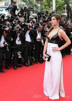 第67回カンヌ国際映画祭(Cannes Film Festival)のオープニングレッドカーペットに登場したフランス人女優アデル・エグザルコプロス(Adèle Exarchopoulos、2014年5月14日撮影)。(c)AFP/LOIC VENANCE